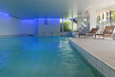 Innen-Pool mit Platz für Liegestühle zur Erholung