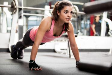 Sportliche Frau im Fitnessraum des Crowne Plaza Zürich