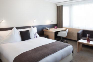 Deluxe Hotelzimmer mit Doppelbett, Schreibtisch und Sitzmöglichkeiten