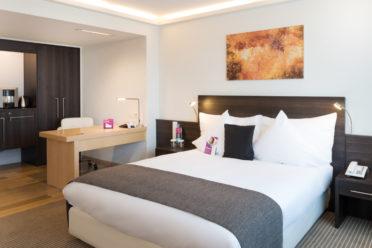 Junior Suite mit Doppelbett, Schreibtisch, Minibar, Wasserkocher und Kaffeemaschine
