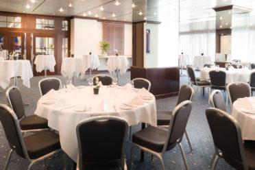 Seminarraum Salon Bleu mit gedeckten Tischen für Businesslunch und Stehtischen