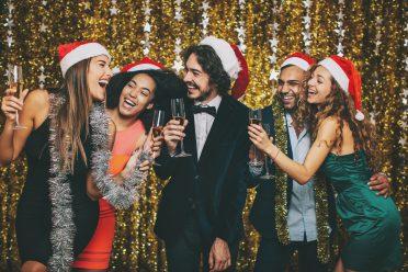 Feiernde Gruppe von Menschen an Weihnachten