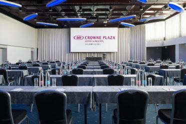 Konferenzsaal, bestuhlt im parlamentarischen Stil